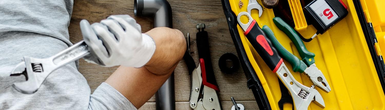 håndværker ligger ved siden af værktøjskasse